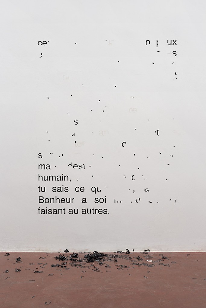 Latifa Echakhch, Vendredi 11 août 1989 –  Ces paroles pour toi sont peux être frappant, 2014, vinyl letters, 192 x 150 cm
