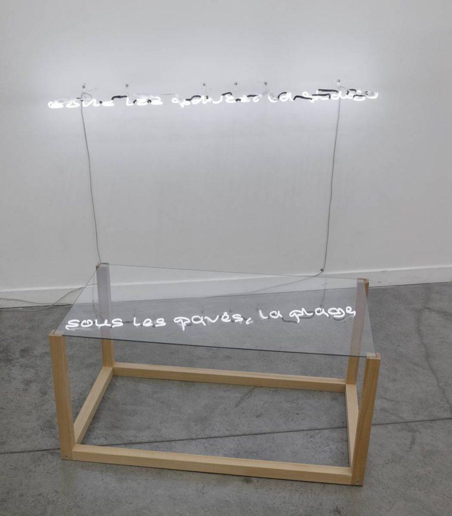 Miri Segal, Sous les pavés, la plage, 2011, neon, 10 x 130 cm, table, 47 x 60 x 97 cm