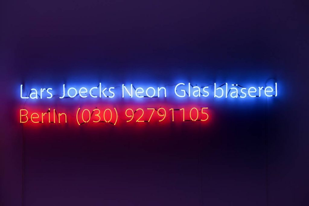 Jonathan Monk, Pre-Birth Communication (Berlin), 2011, neon light installation, 43 x 257 cm