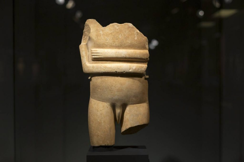 Yossi Breger, Male Statue (early Cycladic II period, 2800-2300 BC), Museum of Cycladic Art, Athens, 2013, 43.2×55.9 cm