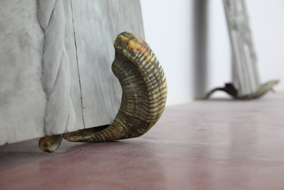 Mircea Cantor, Supposing I could hear that sound. Now, 2015, concrete, 2 shofars, concrete walls 200x123x6 cm