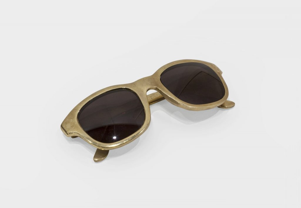 Ariel Schlesinger, Untitled (Sunglasses), 2016, bronze, 15 x 4,5 x 3,5 cm, Unique