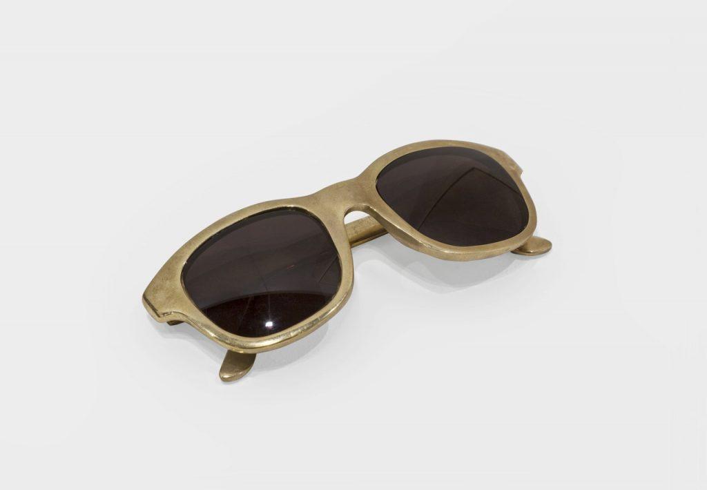 Ariel Schlesinger, Untitled (Sunglasses), 2016, bronze, 15 x 4,5 x 3,5 cm, Unique
