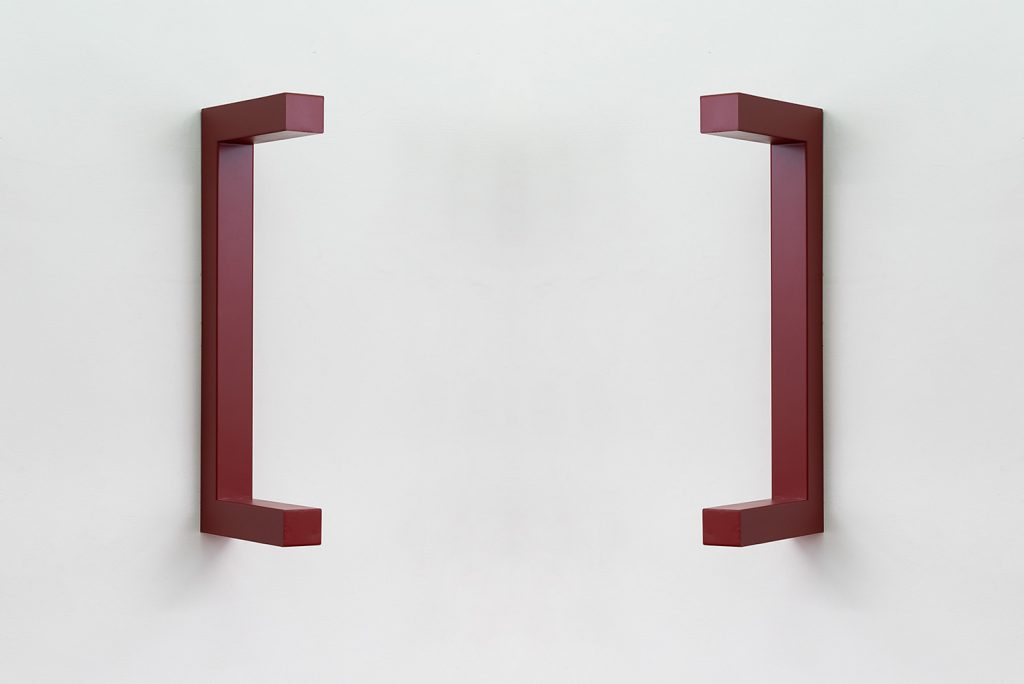 Jonathan Monk, WE ARE HERE TO CLARIFY THE SITUATION [Brown red], 2018, painted steel, 120 x 44 x 12 cm, unique