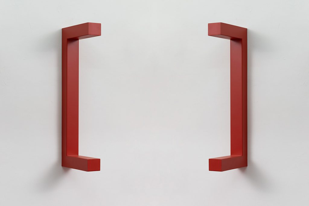 Jonathan Monk, WE ARE HERE TO CLARIFY THE SITUATION [Coral red], 2018, painted steel, 120 x 44 x 12 cm, unique