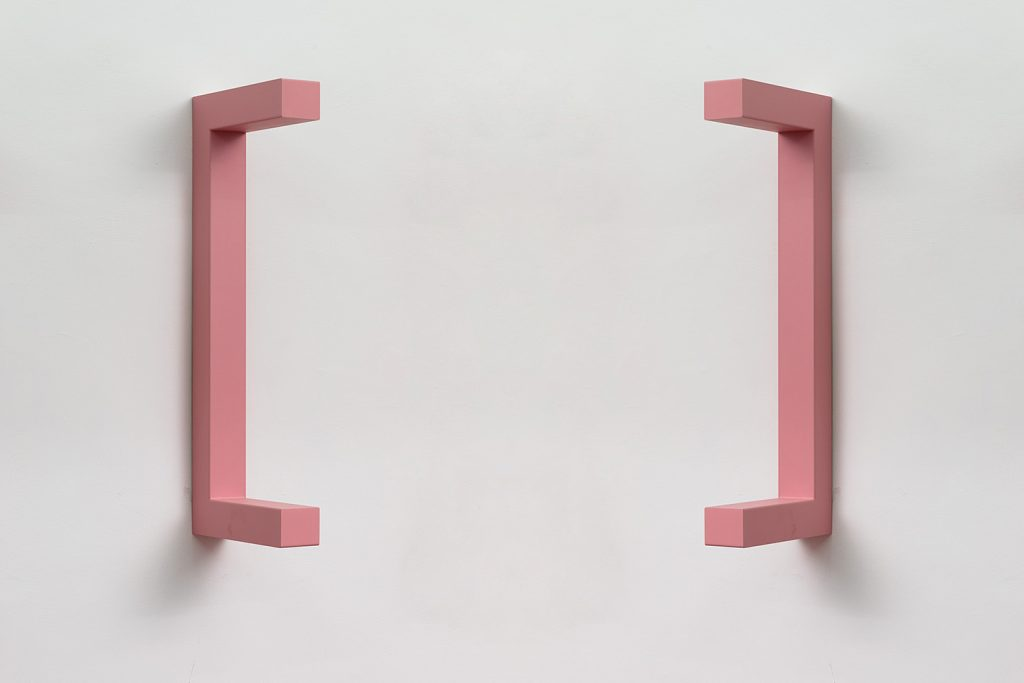 Jonathan Monk, WE ARE HERE TO CLARIFY THE SITUATION [Light pink], 2018, painted steel, 120 x 44 x 12 cm, unique