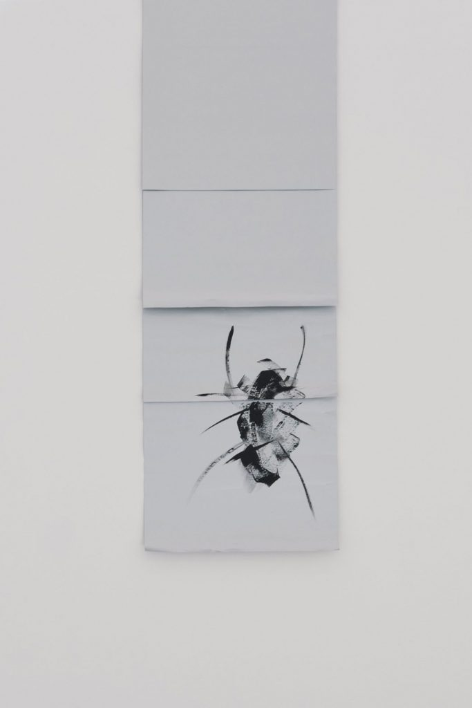 Sarah Ortmeyer, 2018: SPINNE I, 2018, gesso on silver parper, unique, exhibition view, Kunstverein München