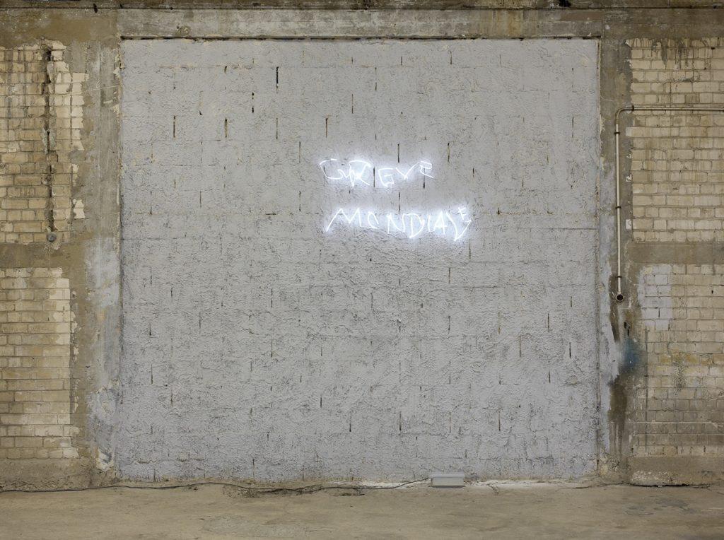 Adel Abdessemed, Grève mondiale, 2011, neon, 65 x 118 cm, edition 3/7