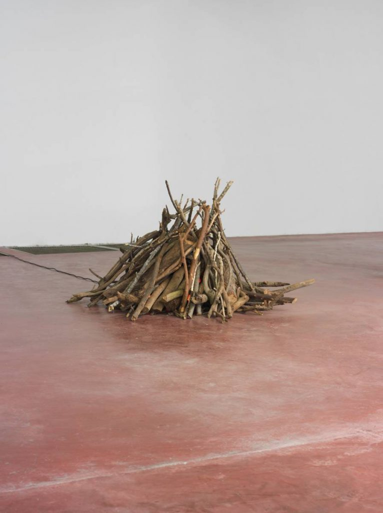 Miroslaw Balka, Bonfire, 2013/2015, wood, 10 blinking electric bulbs.