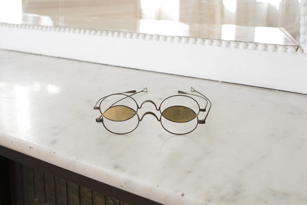 Ariel Schlesinger, Objet Trouvé (glasses), 2017, found glasses in metal, brass plate, 11 x 5 x 12 cm, unique