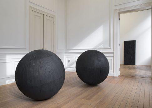 'Feux', 2018, carbonized basswood, 125 cm ø each, unique, exhibition view, Dvir Gallery, Brussels